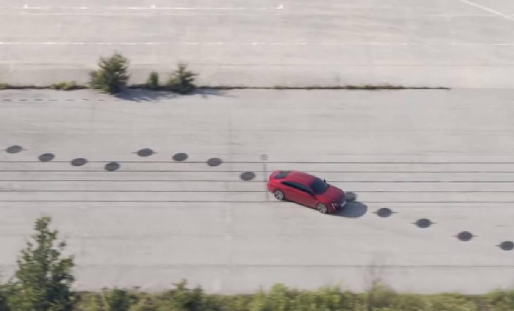 Uma partitura de 2 km, um Peugeot tocando piano e um vencedor de Oscar no volante